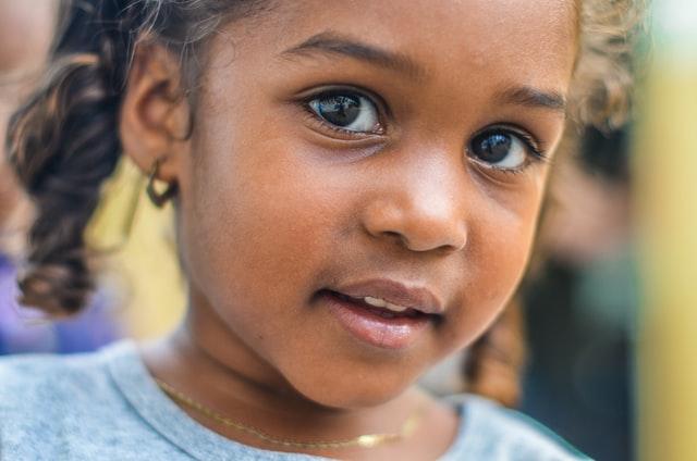 dueños de Grupo Kosmos concientizan sobre niños migrantes