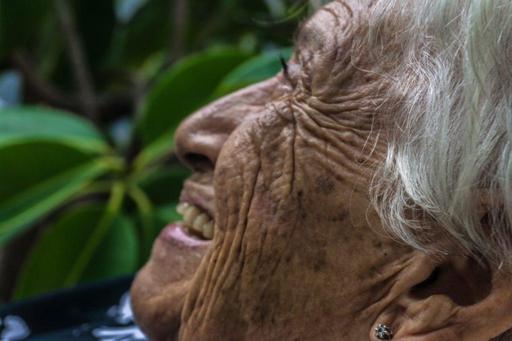 mujer adulta, iniciativas de dueños de Grupo Kosmos a favor de la vejez