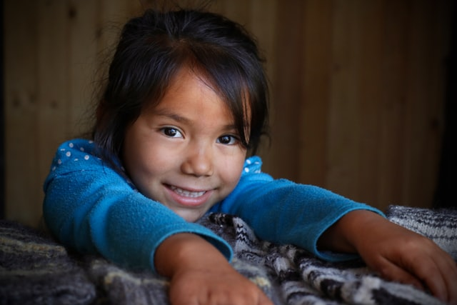 niña sonriendo, dueños de Grupo Kosmos colaboran con Reinserta